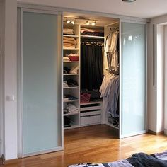 The small dressing rooms are great to fulfill the desire to have a space that is elegant, practical, and in which you can feel comfortable, since it does not cause chaos with the rest of the space Wardrobe Design Bedroom, Bedroom Wardrobe, Wardrobe Closet, Home Bedroom, Small Bedroom Closets, Luxury Wardrobe, Small Wardrobe, Closet Doors, Small Dressing Rooms