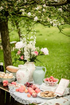 Bright and early on a Wednesday morning, this gorgeous piece of garden chic inspiration is just what the doctor ordered. The perfect merging of lush blooms from Don Florito , yummy treats from Sug. Picnic Time, Summer Picnic, Picnic Parties, Beach Picnic, Dinner Parties, Jardin Luxuriant, Garden Picnic, Romantic Picnics, Romantic Dinners