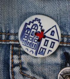Porcelain canal house button €7,00 from Simpel en Leuk. Diameter 3,5cm.