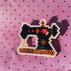 Ma petite machine à coudre en perles Miyuki. Je la kiffe grave . #perle #perles #miyukibeads #beads #bead #perleaddict #jenfiledesperlesetjassume #perlemiyuki #machineacoudre #sewingmachine #lilicahouete #happysunday
