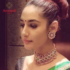 amrapali Indian Jewelry Sets, Indian Wedding Jewelry, India Jewelry, Jewelry Design Earrings, Gold Jewellery Design, Indian Necklace, Chocker Necklace, Gold Choker, Necklace Set