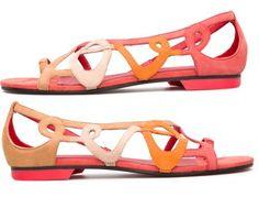 Per la stagione Primavera-Estate 2013, Camper propone il modello TWS nella versione sandalo aperto icona in nubuck di color rosso, beige e arancione. Due calzature uniche, ciascuna con la propria personalità ma che unite formano il paio perfetto.