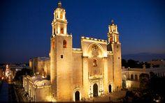 A Mérida, promenez-vous dans la ville et découvrez la cathédral de Mérida. Un chef d'oeuvre architectural