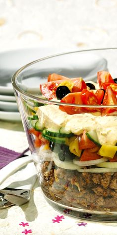 Summer fresh greek layered salad - Great recipe for the next party! Greek layered salad with minced meat and olives – looks great an - Healthy Eating Tips, Healthy Nutrition, Healthy Recipes, Cake Vegan, Carne Picada, Vegan Smoothies, Vegetable Drinks, Greek Salad, Greek Recipes