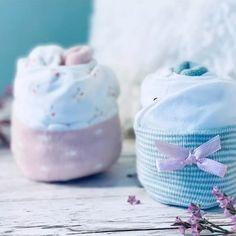 Als ich das Geburtsgeschenk Cupcakes aus Babysöckchen gemacht habe, wurde mir plötzlich bewusst, dass man das Ganze auch ohne Muffinförmchen machen kann 🥳 Diese Variante habe ich euch hier aber glaube ich noch vorenthalten. Hier ist sie nun 🙃 Wenn ihr nach rechts wischt seht ihr die Variante mit Muffinförmchen.  Welche Variante gefällt euch besser? . . . #geburtstagsgeschenk #babygeschenk #geschenkzurgeburt #diyblogger #geschenkeselbermachen #geschenkeverpacken #geschenkideenzurgeburt Coin Purse, Cupcakes, Wallet, Purses, Sweet, Life, Instagram Posts, Baby Favors, Wrapping Gifts