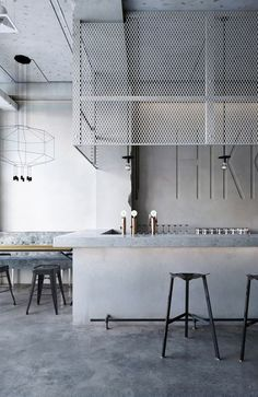 High End Restaurants | Mid-century restaurants and bars are the latest interior design trend. Vintage style with a moder touch of contemporary design pieces of furniture is a good idea for you that look for inspirations and ideas regarding luxury restaurants or coffes. Need more inspiration? Click on the photo and get tips for designing the interior of your place. | www.bocadolobo.com #bocadolobo #luxuryfurniture #exclusivedesign #interiordesign #designideas #restaurantideas…