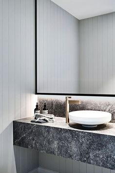 Modern Bathroom Have a nice week everyone! Today we bring you the topic: a modern bathroom. Do you know how to achieve the perfect bathroom decor? Minimalist Bathroom, Modern Bathroom, Small Bathroom, Master Bathroom, Marble Bathrooms, Bathroom Vanities, Relaxing Bathroom, Bathroom Ideas, Gold Bathroom