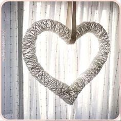 Aprenda a fazer um lindo coração artesanal decorativo usando barbantes. Você pode utilizá-lo para decorar festas ou decorar ambientes para ocasiões especiais, como dia dos namorados.