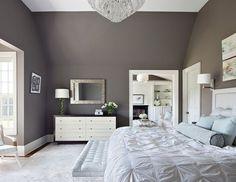 murs dans la chambre à coucher en gris poussière et meubles blancs