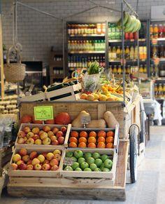 Desenvolupament de concepte, projecte d'Interiorisme i d'implantació per als supermercats Organic Market del grup Tribuwoki.    Concepte/projecte d'interiorisme i desenvolupament > CREAPROJECTS  Gràfica >Lekuona Estudio  Superficie > 200 m2  Client > Tribuwoki  Ubicació > Barcelona