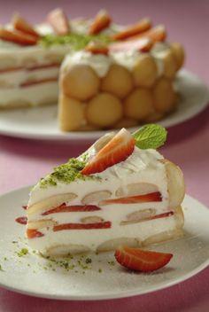 Ingredience: jahody 1 miska, piškoty 1 balíček (dětské), smetana zakysaná 4 kelímky, smetana na šlehání 2 kelímky, cukr 8 lžic, jahody (na ozdobení), smetana na šlehání (na ozdobení), pistácie (nasekané, na ozdobení).