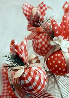 More-diy-xmas-ornaments made from styrafoam balls, fabric, ribbons & little faux flowers & leaves and ohhh. Diy Xmas Ornaments, Christmas Table Decorations, How To Make Ornaments, Christmas Projects, Holiday Crafts, Fabric Ornaments, Ornaments Image, Christmas Ideas, Noel Christmas