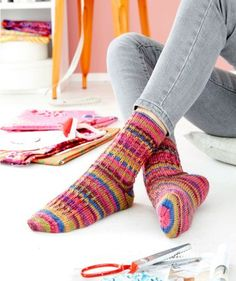 Free Tutorial: Kaffe Fassett Socks with Sash Patterns These colorful . Free Instructions: Kaffe Fassett Socks with Lifting Pattern These colorful socks become a real fashionable highlight on . Lace Patterns, Knitting Patterns Free, Free Knitting, Crochet Patterns, Pepper Color, Patterned Socks, Colorful Socks, Knitting Videos, Designer Socks