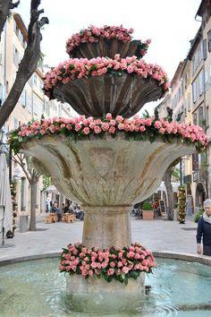 . . . roses décorent une fontaine à Grasse, dans le département des Alpes-Maritimes sur la Côte d'Azur, France