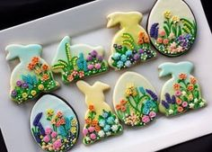 Decorated Easter cookies are a fun part of the Easter holiday. Get some ideas for Easter cookies here, and be prepared to drool because they're yummy! Super Cookies, Fancy Cookies, Iced Cookies, Easter Cookies, Easter Treats, Cookies Et Biscuits, Holiday Cookies, Cupcake Cookies, Flower Cookies