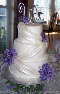 I love this cake... but with blue flowers! So elegant