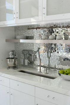 frische küchenspiegel ideen Schpiegelscherben und Regalbrett aus Stahl