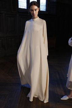 Ryan Roche RTW Spring 2016 Visit the post for more. Abaya Fashion, Fashion Mode, Look Fashion, Couture Fashion, Fashion News, Fashion Design, Fashion Trends, Fashion 2020, Spring Fashion Outfits