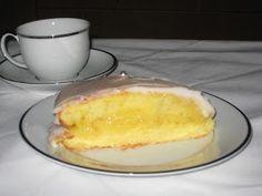 Toda a gente sabe que vitamina C faz bem à gripe. Laranja tem muita vitamina C. Limão também. Então, este bolo é praticamente um remédio, ce...