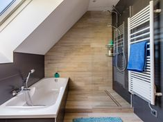 Salle de bains gris et bois sous les combles de Cécile à Veretz
