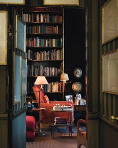 The Chelsea apartment of the late Lord Weidenfeld, decorated by antiques dealer Bennison. Lord Weidenfeld's collection of art and antiques will go on sale on 18th May at Christies #theworldofinteriors