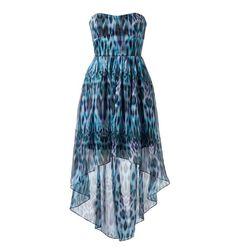Animal print desene yeni bir yorum getiren straples elbise, renk tonlarıyla baş döndürüyor, tarzıyla özgünlük kazandırıyor.