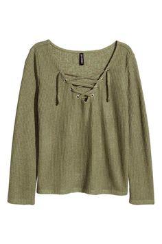 Camisola de malha fina: Camisola de mangas a 3/4 em malha fina canelada com decote em V com cordão cruzado.