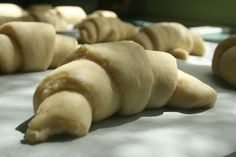 EASY CROISSANTS - 1 cup warm milk 1 teaspoon sugar 1 tablespoon yeast 1 cup flour cup milk, room temperature 1 teaspoon salt cup sugar 1 egg, beaten cup butter melted and cooled 4 cups flour 1 cup cold butter 1 egg, beaten with cold water Croissant Recipe Without Yeast, Croissant Sin Gluten, Easy Croissant Recipe, Croissants, Fresco, Baking Classes, Chocolate Chip Oatmeal, Chocolate Glaze, Cake Chocolate