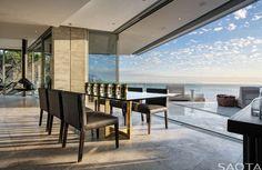 Proyectada por el estudio de arquitectura sudafricano SAOTA, Clifton 2A es una residencia familiar flexible y contemporánea, emplazada en una espectacular pero desafiante ubicación.