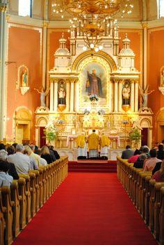 Normalmente, la boda hispanica tiene una misa. El novio y la novia va al altar y dicen oraciones para su matrimonio.