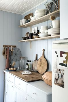Beach House Kitchens, Cabin Kitchens, Small Cottage Interiors, Garderobe Design, Garden Cabins, Sauna Design, Contemporary Cottage, Beach Cottage Style, Fabric Houses