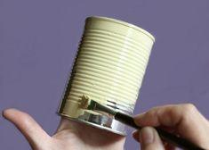 Plechovku natrieme akrylovou farbou.