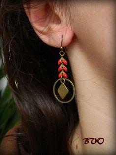 """Cette paire de Boucles d'oreilles """"ZOLA"""" est composée chacune d'un losange en métal bronze (13x8 mm), un anneau en métal bronze (16 mm) et une chaîne fantaisie en laiton bronze - 20290806"""