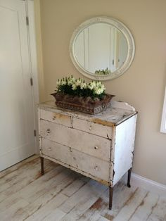 simply white and chippy shabby Shabby Chic Farmhouse, Shabby Chic Cottage, Vintage Shabby Chic, Shabby Chic Style, Shabby Chic Decor, Cottage Style, Industrial Farmhouse, Vintage Pink, Farmhouse Style