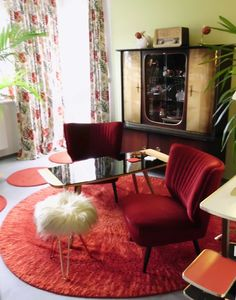 Fifties living in red... oh i love this red cocktail chairs!