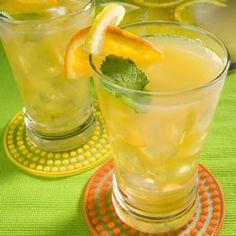 Chá gelado com hortelã, suco de laranja e suco de limão. É uma maravilha de bebida nos dias quentes.