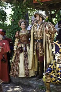 Texas Renaissance Festival - King Henry VIII and Queen Katherine of Aragon. Mode Renaissance, Renaissance Festival Costumes, Medieval Costume, Renaissance Fashion, Renaissance Clothing, Medieval Dress, Historical Costume, Historical Clothing, Tudor Costumes