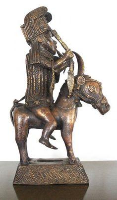 Importante escultura Africana da região de Benim em Bronze, figura de guerreiro armado e a cavalo. A