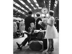 Reisefreiheit: Eine Familie wartet 1964 auf einem Bahnsteig des Leipziger Hauptbahnhofs auf den Zug. Beliebte Urlaubsziele in der DDR waren unter anderen die Ostsee, das Erzgebirge und die Mecklenburgische Seenplatte.