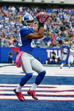 New York Giants WR Victor Cruz catches a pass for a touchdown during the first half.
