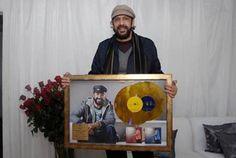 Juan Luis Guerra Recibe Disco De Oro Por Ventas En Colombia Y Ecuador De Su Álbum #AsondeguerraTour!
