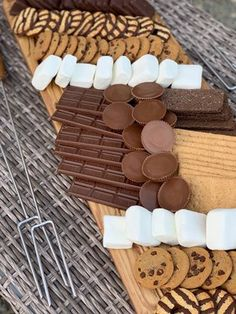 Smore Charcuterie Board Dreaming of Homemaking Charcuterie Recipes, Charcuterie Platter, Charcuterie And Cheese Board, Yummy Treats, Delicious Desserts, Sweet Treats, Dessert Recipes, Yummy Food, Party Food Platters