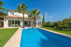 This stylish Mediterranean villa offers the perfect combination of modern interiors with beautiful sea and bay views. The property also enjoys a. Minimalist House Design, Minimalist Home, Santa Ponsa, Mediterranean Style, Case, Modern Interior, Villa, Real Estate, Luxury