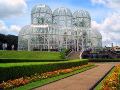 Jardim Botânico de Curitiba - Art – Noveau é o belo estilo arquitetônico da estufa do Jardim Botânico. Ela comporta plantas típicas da floresta atlântica brasileira.