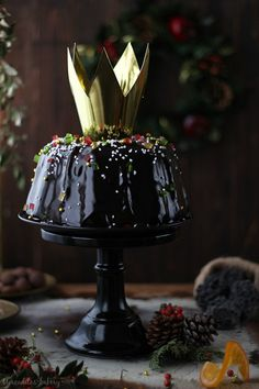 Roscón Reyes bundt cake with mirror chocolate frosting