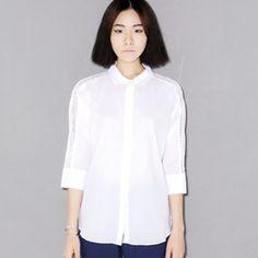 Today's Hot Pick :鏤空不對稱襯衫 http://fashionstylep.com/P0000YUJ/ju021026/out 簡潔白色襯衫。 搭配純色褲子或裙子,穿出簡潔時尚風格。 純棉材質,舒適好穿。 袖子部分的鑽石型鏤空設計,時尚性感。 純白色簡潔襯衫,姐妹們幹練或休閒必備款。