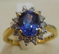 Entourage Ring First Class Tansanit 750 Gelbgold Ring. 1 Tansanit AAA-Qualität Ovalschliff 7*9 mm, ca. 1,50 ct. 14 Brillanten, Wei?/Pique 1-2, ca. 0,50 ct.
