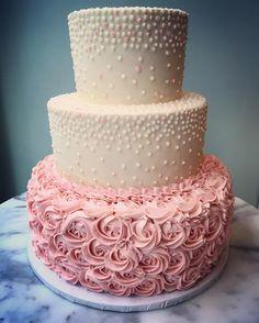 #weddingvibes 👰🏼💕@magnoliabakery @magnoliabakeryweddings #magnoliabakerychi #cakelife #art #cakeart #rosettes in mixed sizes and #graduateddots #pipingskills
