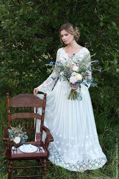 Купить или заказать Свадебное платье в бохо-стиле ' BLISS OF NATURE ' в интернет-магазине на Ярмарке Мастеров. цена указана ориентировочная с учетом тканей, может меняться в большую или меньшую сторону в зависимости от выбранных материалов Платье продано! Возможно сделать еще один повтор! Оригинальное свадебное платье в стиле Бохо, состоит из 2-х платьев: верхнего кружевного (хлопковая вышивка на мягкой сетке) и нижнего атласного серебристого цвета. Свадебное платье прямого силуэта, чуть…