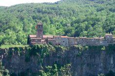 Castellfollit de la Roca (Girona), un pueblo al borde de un acantilado de basalto. Parece que tiene una muralla natural.